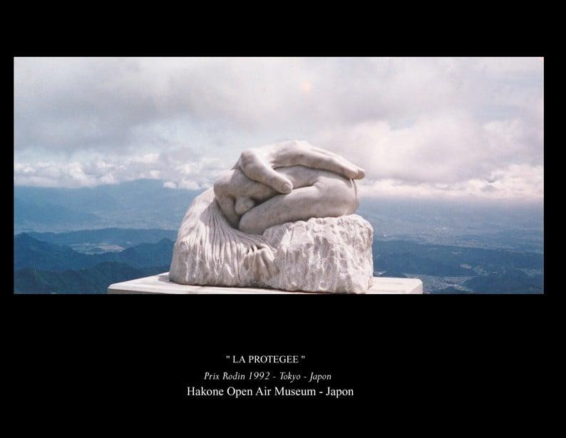 """2-Sculpture """" LA PROTEGEE """" Marbre de Carrare"""